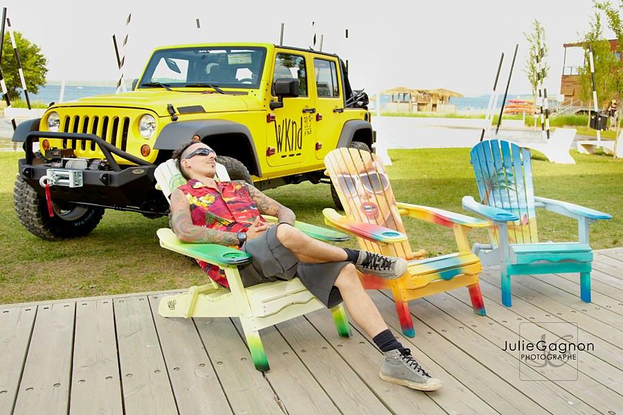 Création au airbrush sur chaise de plage | peinture sur meuble par Yan Pigeon artiste et peintre Québécois 4