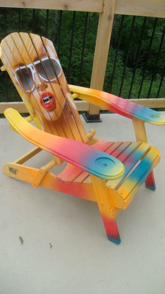 Création au airbrush sur chaise de plage | peinture sur meuble par Yan Pigeon artiste et peintre Québécois 5