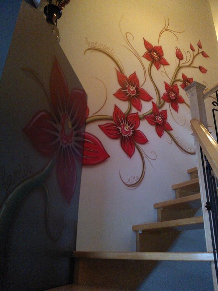 Fleur peinturé au airbrush sur une murale | Déco de mur par Yan Pigeon artiste et peintre québécois