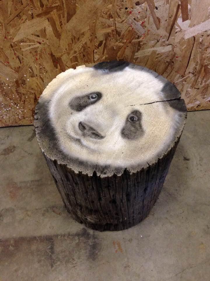Panda au airbrush sur buche | Yan Pigeon artiste et peintre connu à Québec