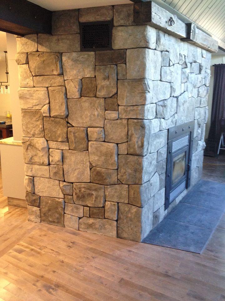Fini mural en mur de pierre sur foyer pour salon | Yan Pigeon artiste et peintre Québec