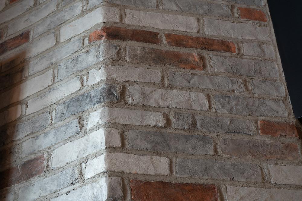 Décoration pour salon - faux fini en mur de pierre dans un restaurant | imitation de brique à Québec 4
