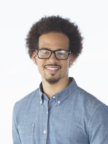 Jeune homme avec des lunettes