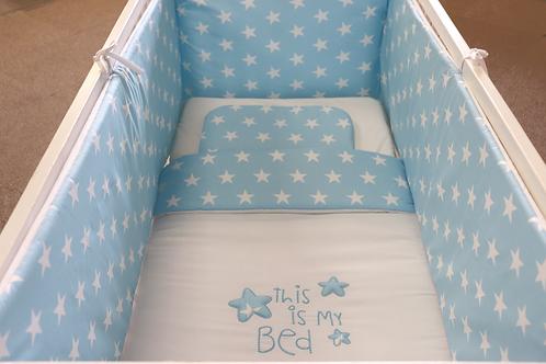 Bedset blauw met sterren en opschrift: this is my bed. De bedset bestaat uit een bedomranding, dekbed, kussensloop en laken