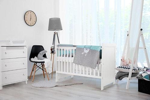 Witte babykamer. Deze stijlvolle kamer bestaat uit een babybed, commode met luiertafel en kleerkast.