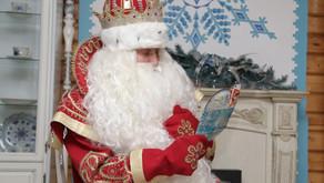 Дед Мороз зажег первую елку в России