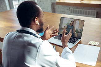 medico-aconselhando-o-paciente-on-line-c