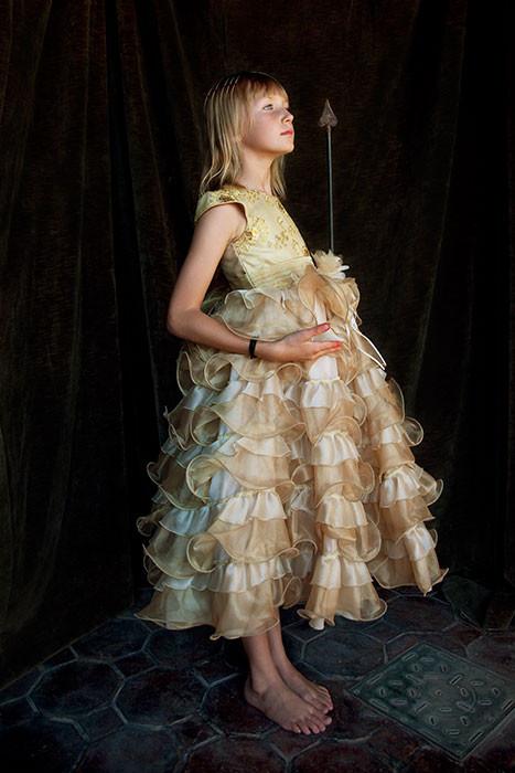 Lola con vestido amarillo y flecha/Lola with Yellow Dress and Arrow
