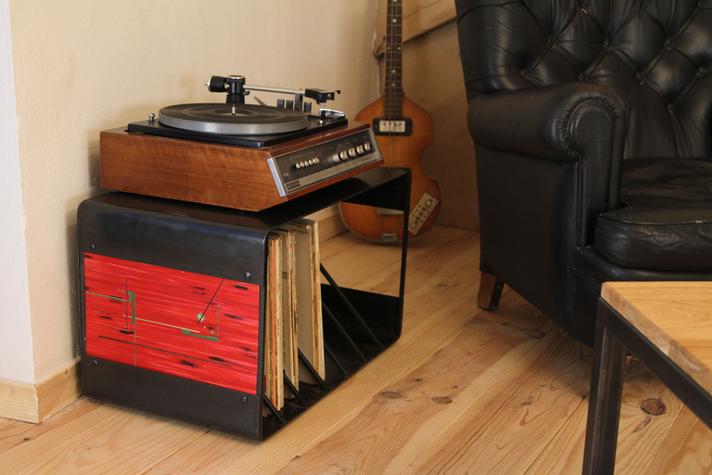 Meuble vinyles marqueté de paille. H 36cm / dimensions: 50 x 36cm