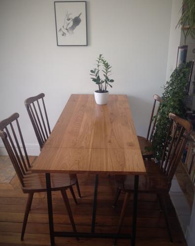 Table à rallonges acier/chêne. H 75 cm / dimensions plateau ouvert 1m50 x 60cm / fermé 1m x 60cm