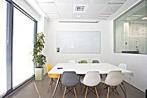 Ein Seminarraum mit Tafel.