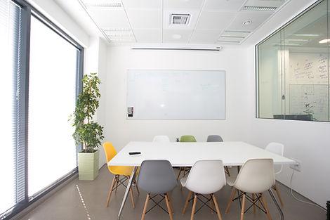 Sala de reuniones de color blanco.