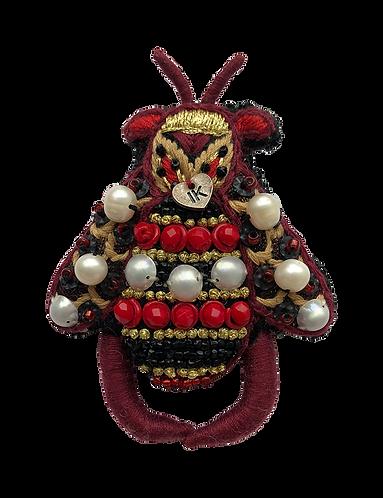 broche brodée abeille bordeaux