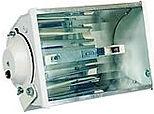 Projetor fechado longo alcance com refletor alto brilho e laterais em chapa de aço. Lente em vidro plano temperado, soquete RX7s.