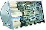 Projetor fechado longo alcance com refletor alto brilho e laterais em alumínio fundido. Lente em vidro plano temperado, soquete E40.