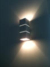 Arandela de parede decorativa para lâmpada halopin G9, fabricada em tubo de alumínio e pintura eletrostática na cor branca microtexturizada.