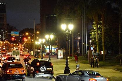 Globo Republicano Grande com Base E40 - Aceso a noite na cidade.