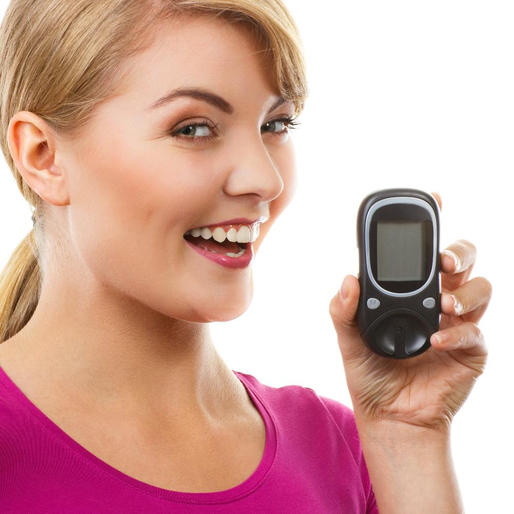 Mulher com medidor de glicose