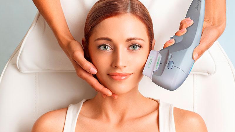 Aplicação de Ultraformer III na face de uma mulher