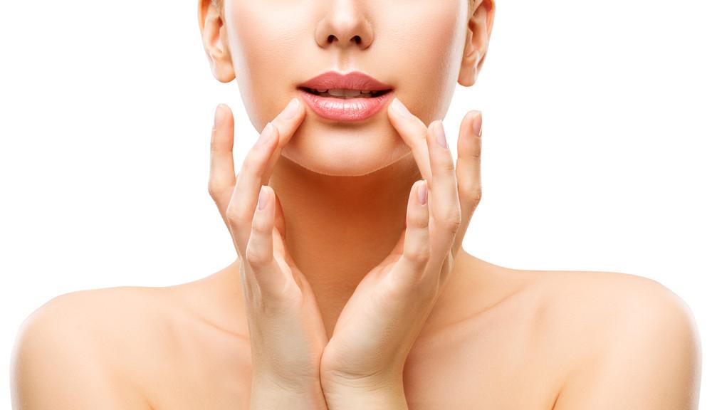 Mulher com lábios cheios representando aplicação de botox