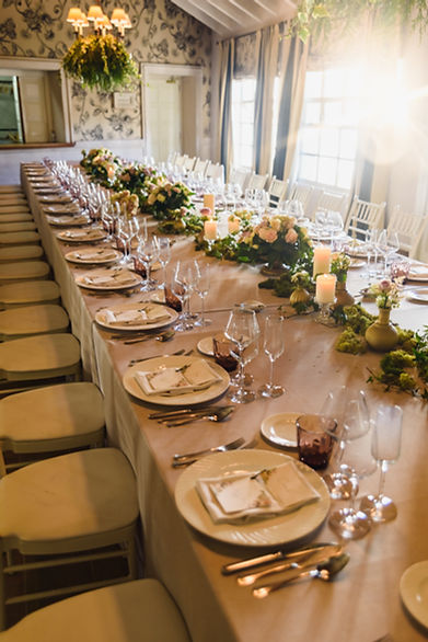 elongated-table-with-all-cutlery-elegant