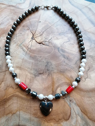 Hämatit-Perlenkette mit roter Koralle und Herzanhänger
