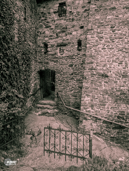Reinhardstein: Stairs carved in original stone.