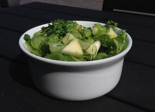 Lihtne õunasalat rohelise sibulaga