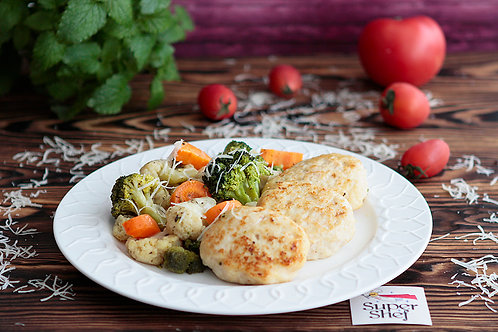 Куриные котлетки с запеченными овощами с пармезаном