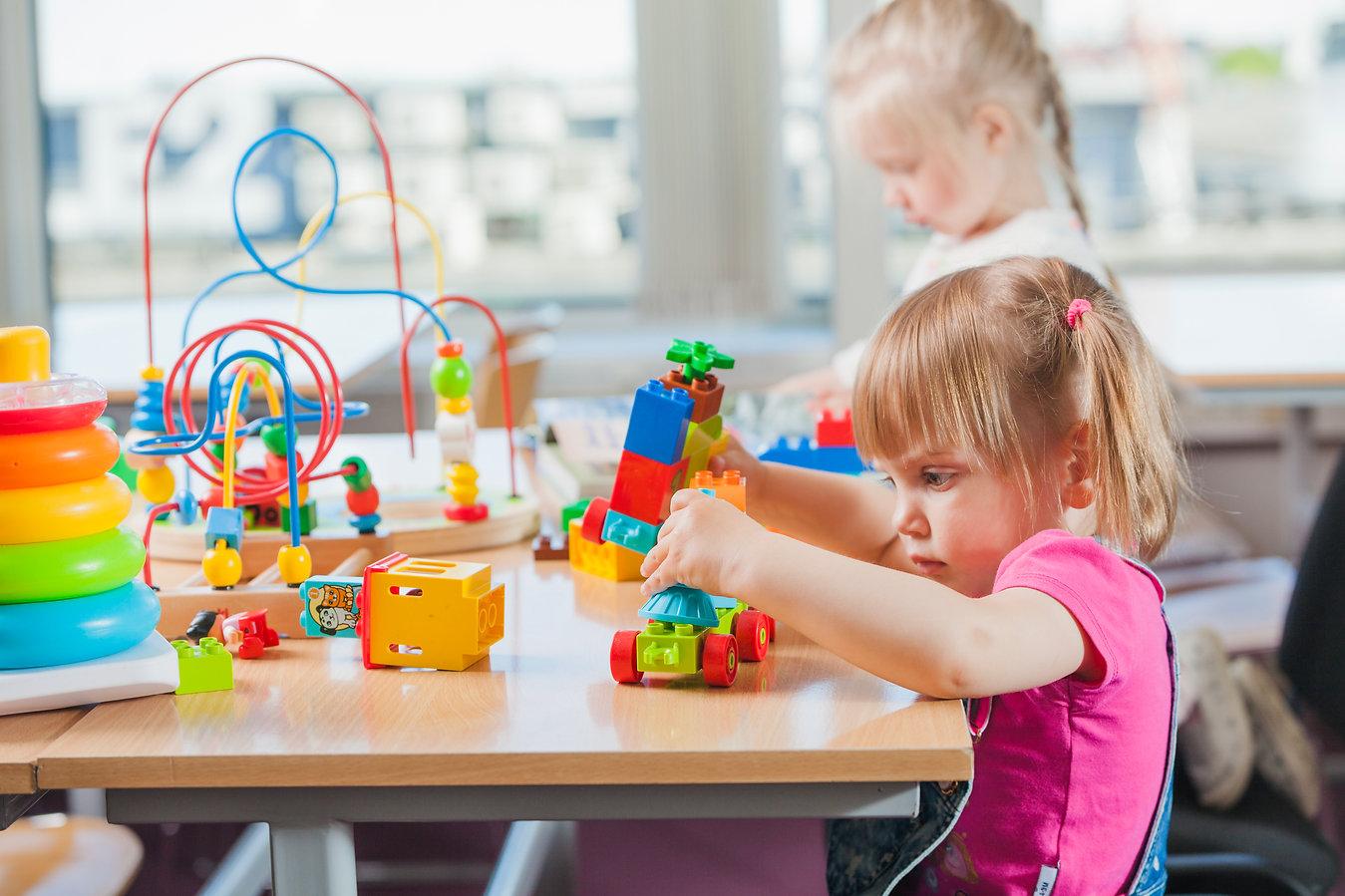 Le CPE au Jardin de Dominique, situé à Beauceville, comprend 3 installations de garde d'enfants et est également accrédité comme bureau coordonnateur de l'ensemble de la MRC Robert-Cliche. Notre organisme a établi plusieurs politiques et règlements pour le bon fonctionnement de notre régie interne.