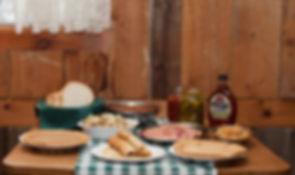 Cabane à sucre L'En-Tailleur se situe à Saint-Pierre sur l'Ile d'Orléans. On y retrouve des produits d'érable tels que sirop, beurre d'érable, bonbons en sucre et autres petites douceurs. On peut également y déguster un repas traditionnel dans une ambiance chaleureuse et familiale. Sur réservation seulement.