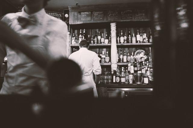 Schwarz-Weiß-alkohol bar barkeeper