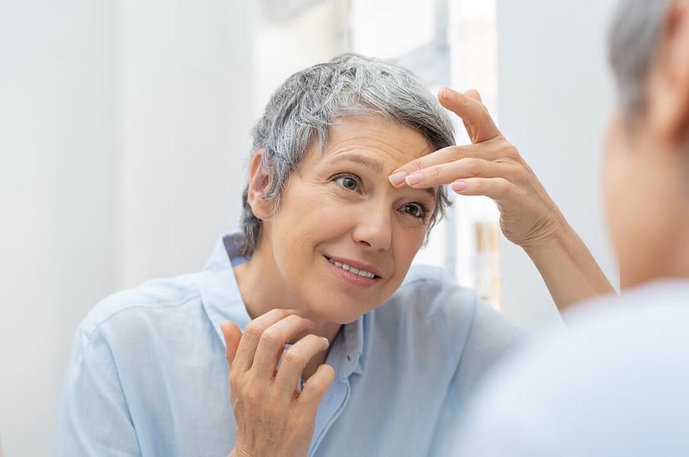 Er du begyndt at se spor efter den naturlige aldringsproces, og er du ikke just bedste venner med de nye tegn i form af slap hud, rynker og linjer ? Så er ansigtsyoga den naturlige løsning.