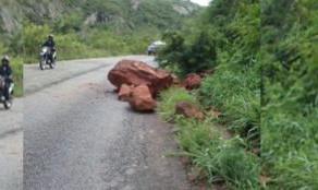 Perigo na estrada: Pedras desabam na PE-365, entre Santa Cruz da Baixa Verde e Serra Talhada