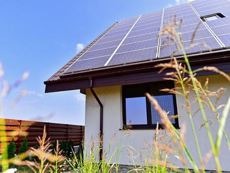 Papás y mamás solares, generando energía limpia por el futuro de sus hijos.