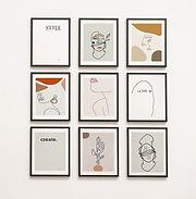 תשע תמונות תלויות על קיר