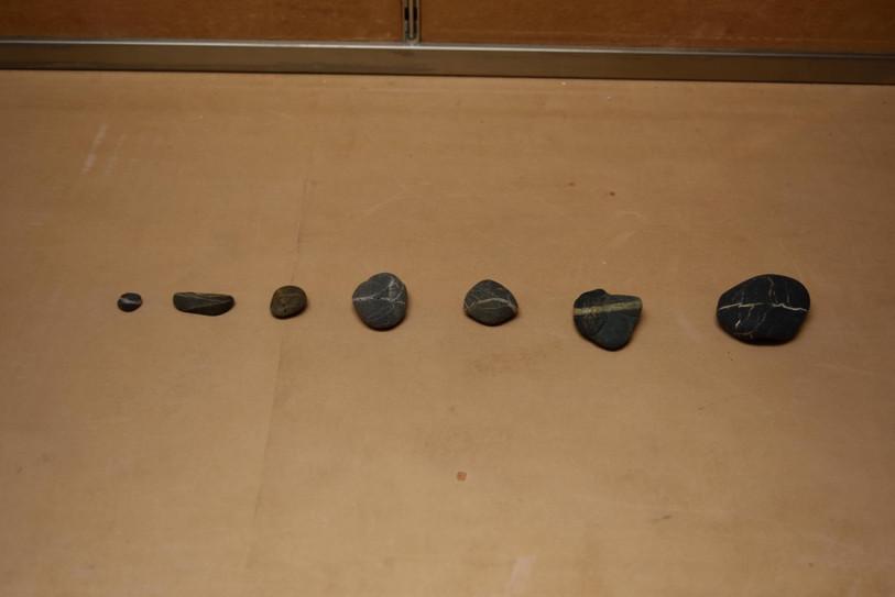 不明の石(暗い方に行く一本の道)_ stones with no name