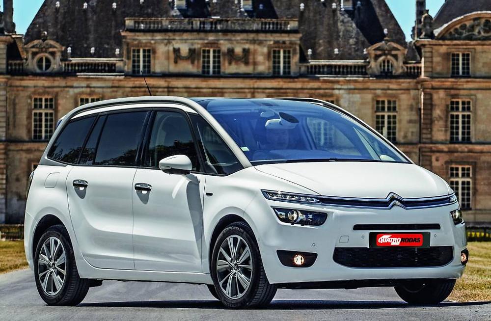 Carro branco da marca Citroen, modelo C4 Picasso