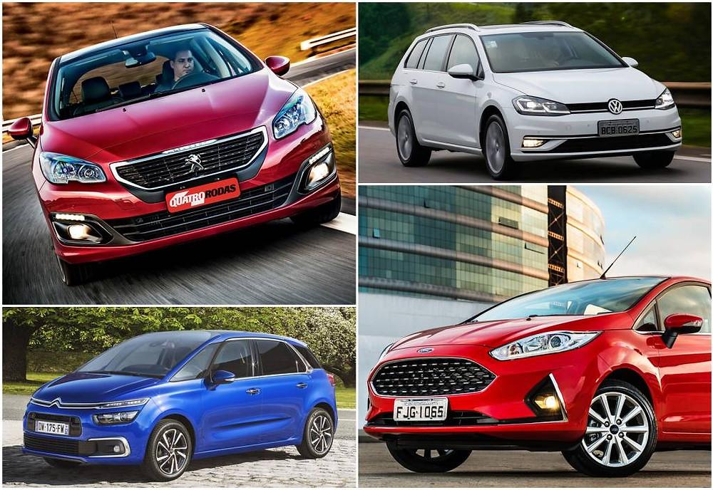 a imagem mostra 4 carros, dois vermlhos, um azul e outro branco.