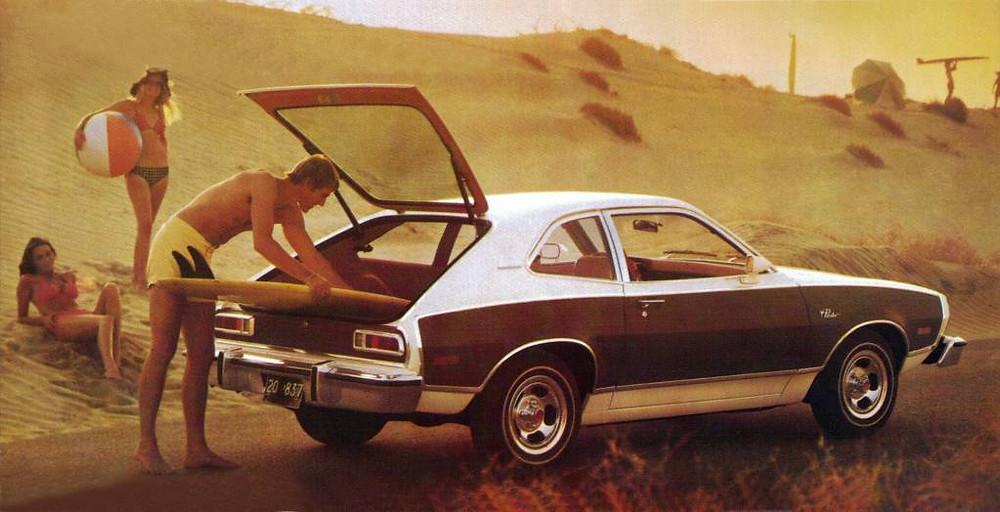a foto mostra um carro classico da marca Ford
