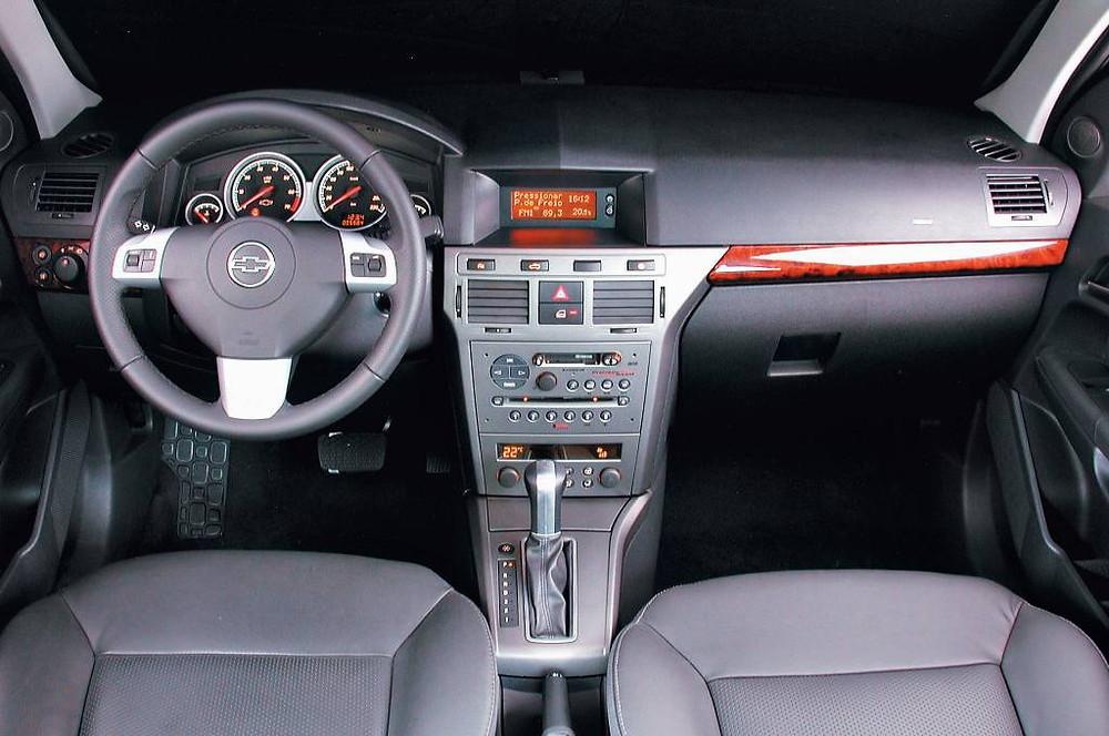 interior do carro mostrando o sistema de radio