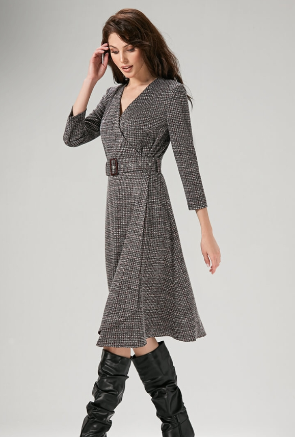 """Платье  длина по спинке - 107 см, цвет: мультиколор -отрезное по линии талии, лиф полуприлегающего силуэта с нагрудными вытачками;  -на запах с V-образным вырезом, застегивающиеся на две потайные кнопки;  -юбка полусолнце клеш;  -рукав втачной 3/4;  -дополнением служит пояс, застегивающийся на пряжку. Размер:48,50 ТЦ """"Европейский"""" 2 этаж отд. """"Миледи-Nelva"""""""