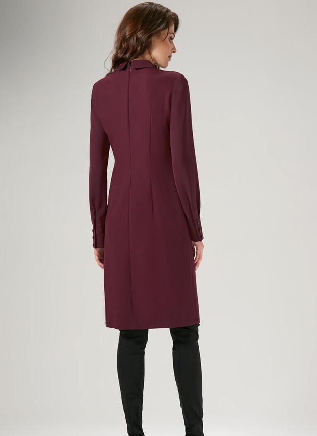 Платье (длина по спинке - 101 см, длина рукава - 65 см, цвет: марсала)  -полуприлегающего силуэта. Перед платья с рельефными швами и кокеткой оканчивающейся горизонтальными складками, в рельефных шва по линии бедра обработаны карманы;  -спинка с талиевыми вытачками и средним швом с потайной тесьме молния;  -горловина круглая с отложным воротником на стойке;  -рукава втачные оканчивающиеся манжетой застегивающейся на петли и пуговицы;  -дополнением служит декоративный бант, пришитый на стойку вор