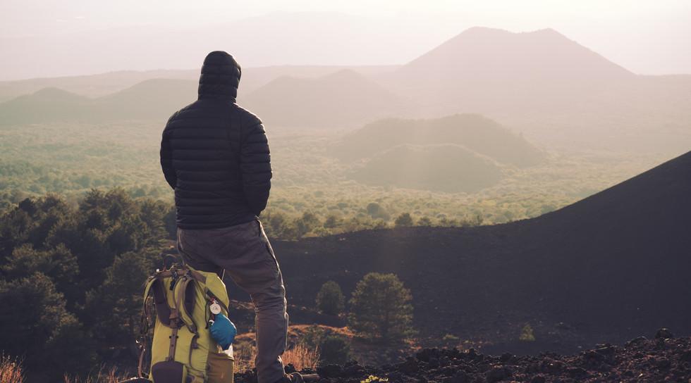 escursionista con zaino godendo il tramonto su o