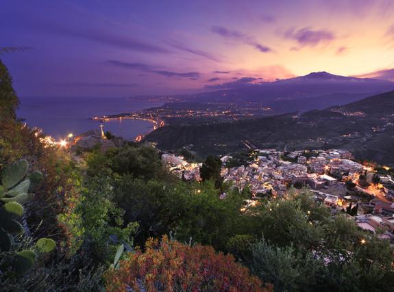 Sicilia_ Veduta aerea dell'Etna e del Ta
