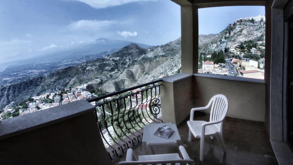 alleiniges castello vista etna.jpg