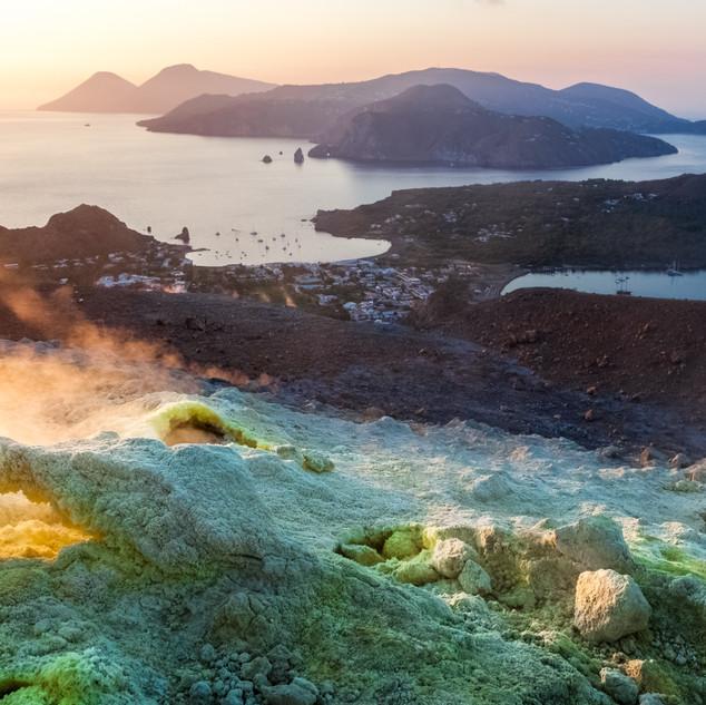 Blick von der Vulkaninsel auf die Äolische Insel