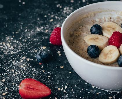 Bol de petit déjeuner avec fruits frais