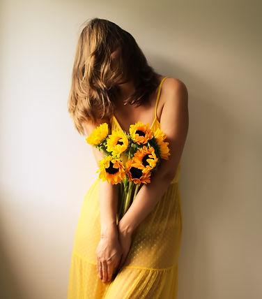 Fille tenant un bouquet de fleurs jaunes