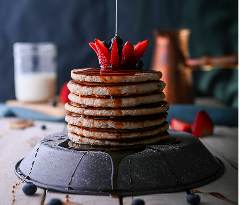 Pancakes avec sirop d'érable et fraises